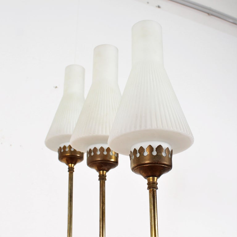 Stilnovo Midcentury White Opaline Glass and Brass Floor Lamp, 1960s, Italy In Good Condition For Sale In Palermo, IT