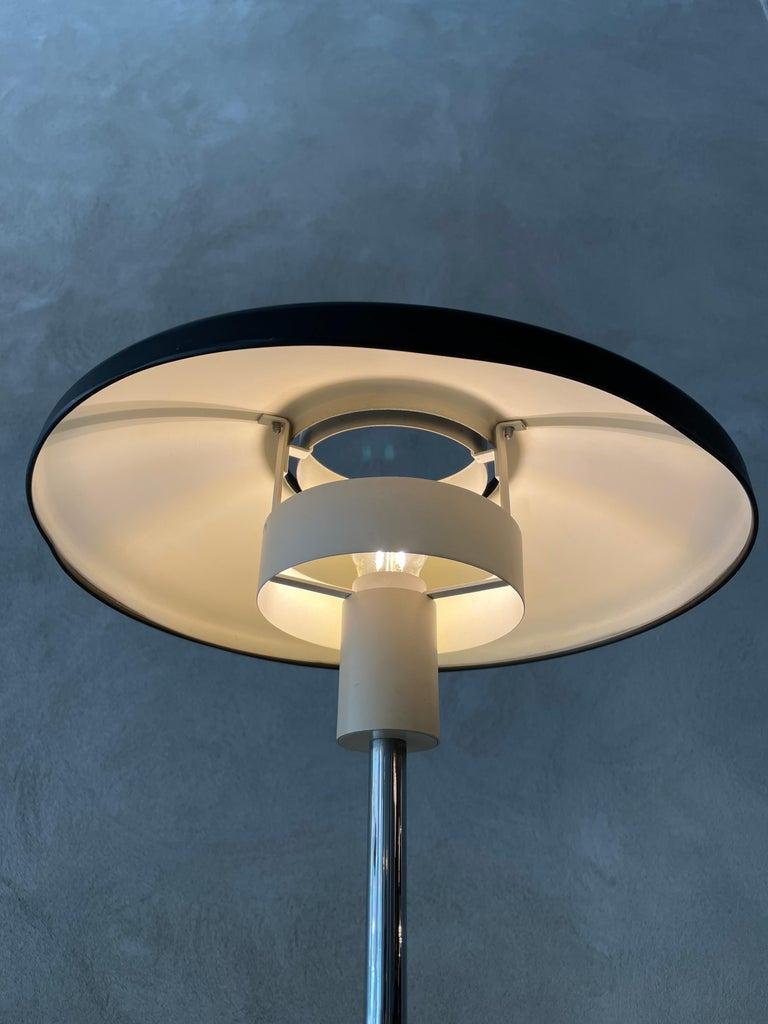 Mid-Century Modern Stilnovo Mod. 8026 Grey White Black Lacquared Aluminium Table Lamp, Italy, 1960s For Sale