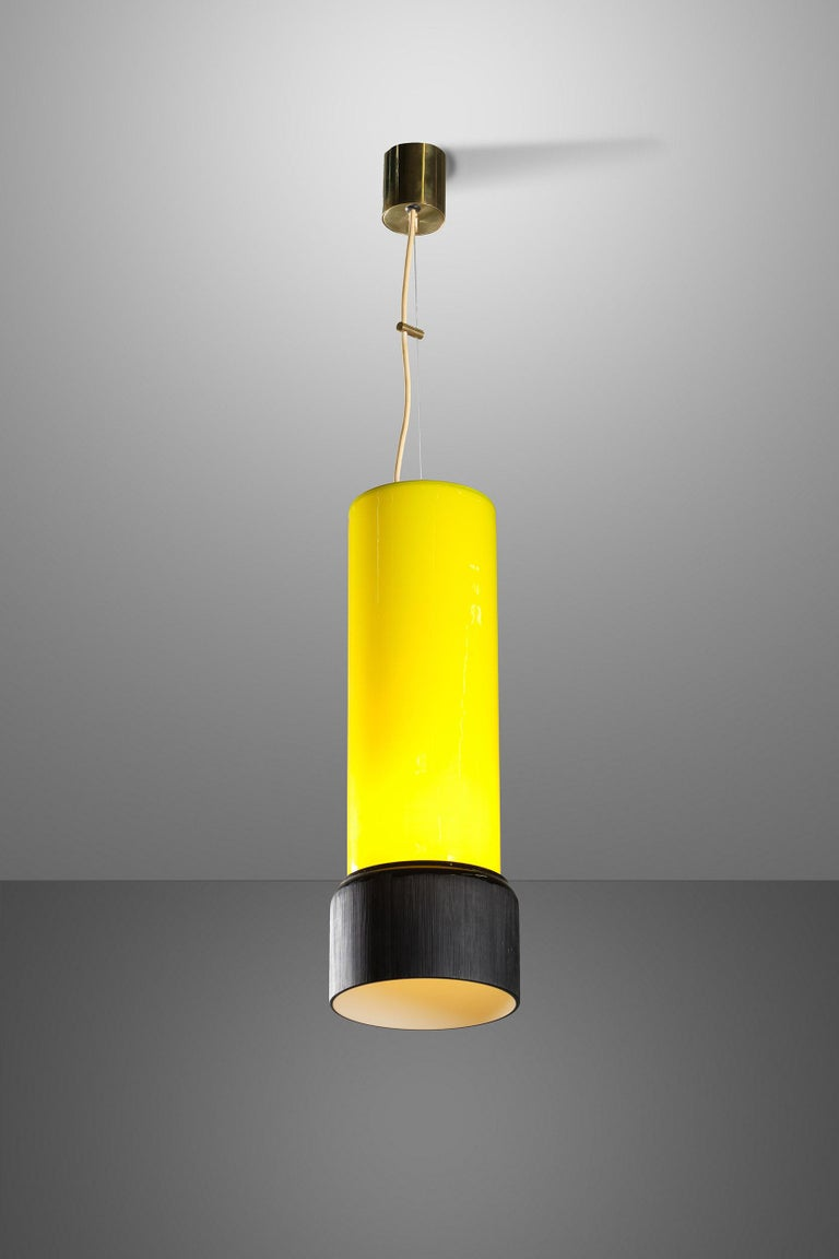 Wonderful Stilnovo pendant with yellow and black glass diffuser and original decal from the 1950s. With its tubular brass structure and exceptionally elegant coloured glass, this item will add an extra touch of refinement to your interiors.