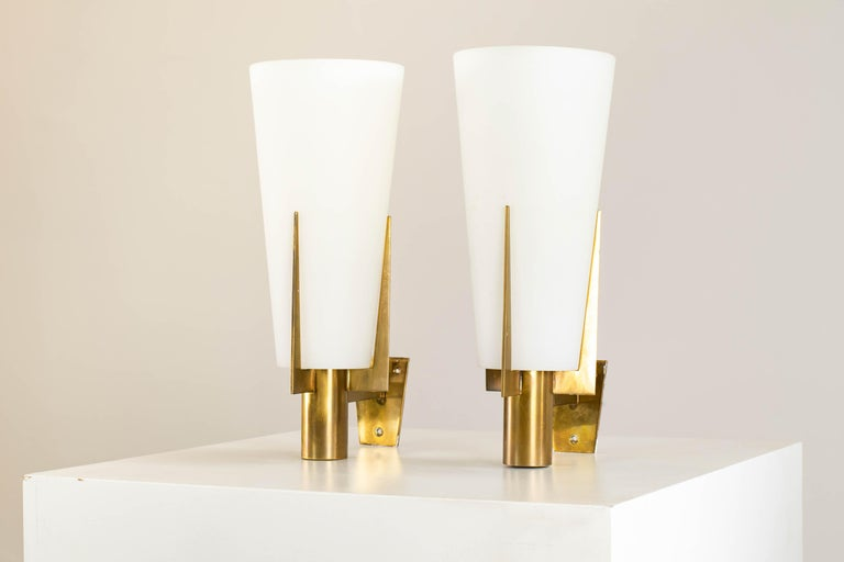 Italian Stilnovo Set of Two Wall Lamps in Brass and Opaline Glass, 1950 For Sale