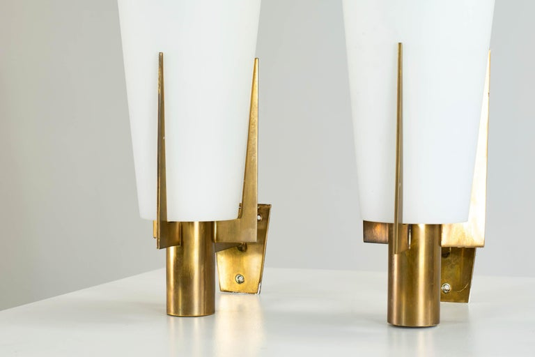 Stilnovo Set of Two Wall Lamps in Brass and Opaline Glass, 1950 In Good Condition For Sale In Montecatini Terme, IT