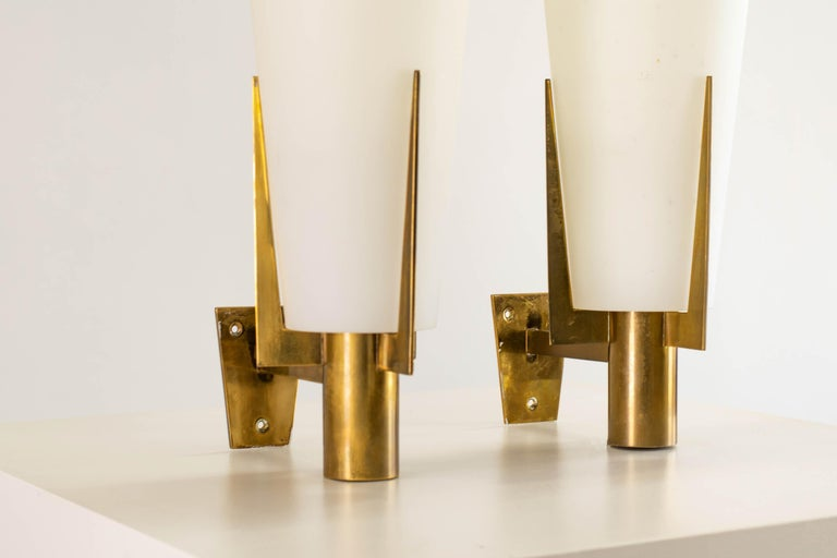 Mid-20th Century Stilnovo Set of Two Wall Lamps in Brass and Opaline Glass, 1950 For Sale