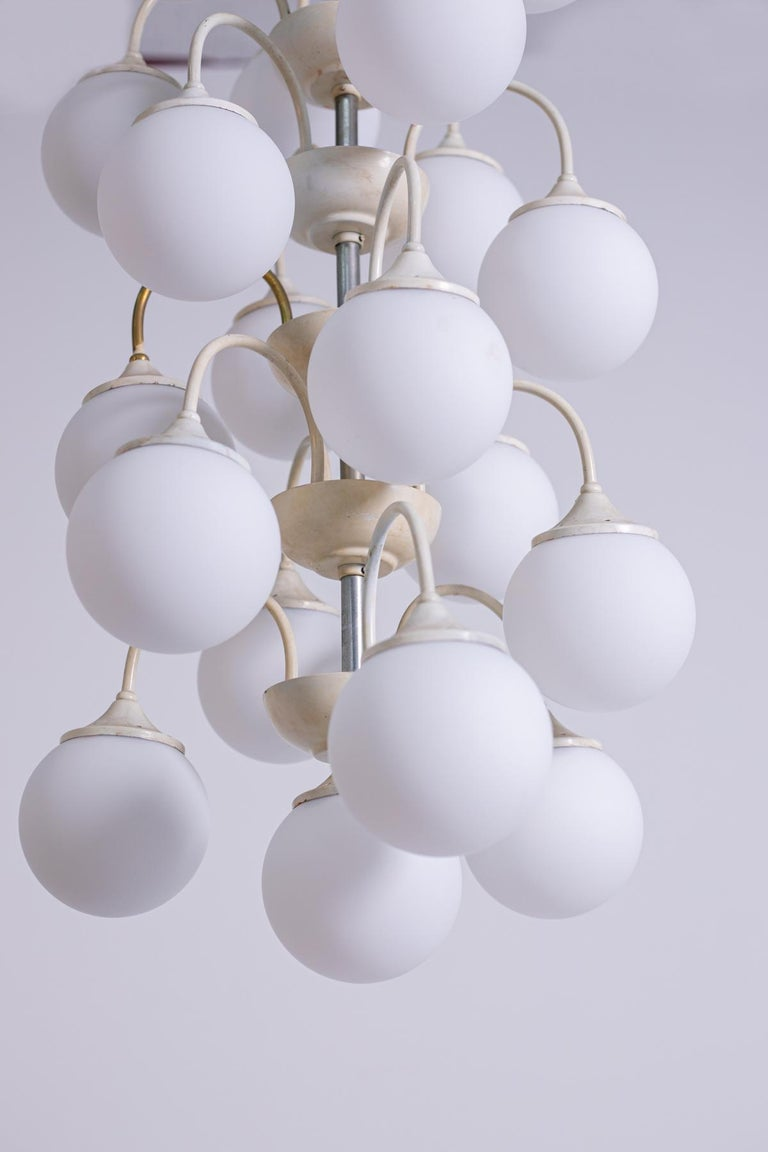 Stilnovo White Pendant Chandelier in Painted Brass with 18 Lights, 1950s In Good Condition For Sale In Milano, IT