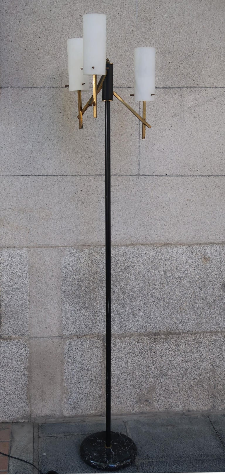 Stilux, Opaline Glass, Marble & Brass Midcentury Italian Floor Lamp, 1950 In Good Condition For Sale In Madrid, ES