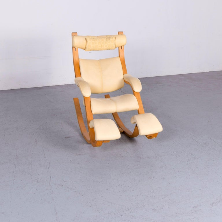 We bring to you a Stokke Gravity Balans designer leather chair rocking chair crème.