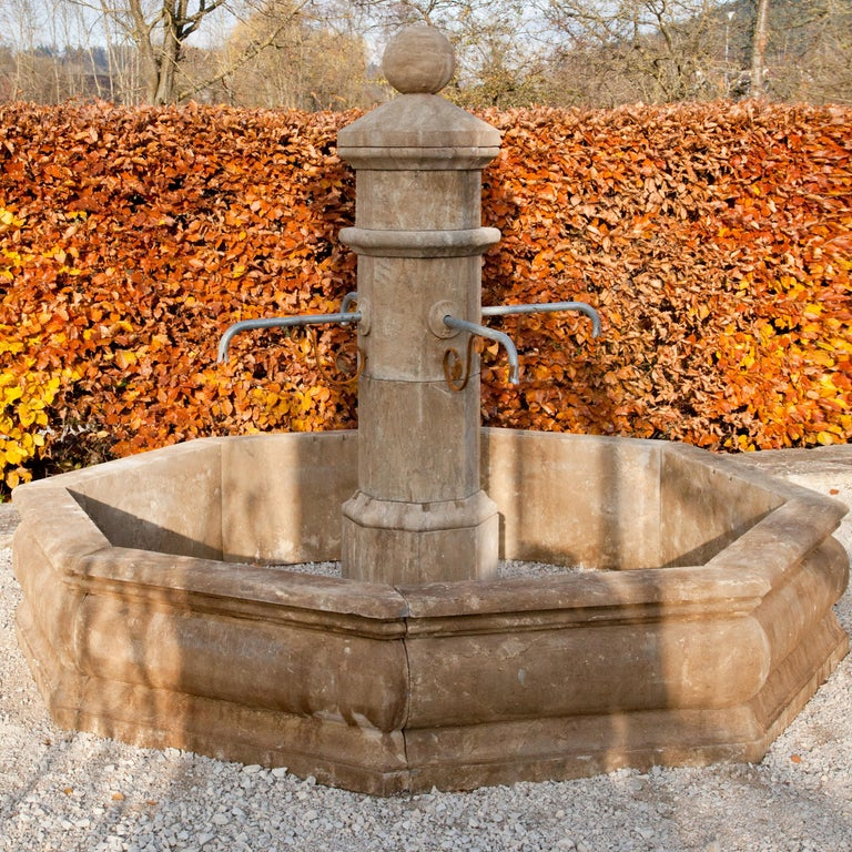 Stone Court Fountain, 21st Century In Good Condition For Sale In Greding, DE