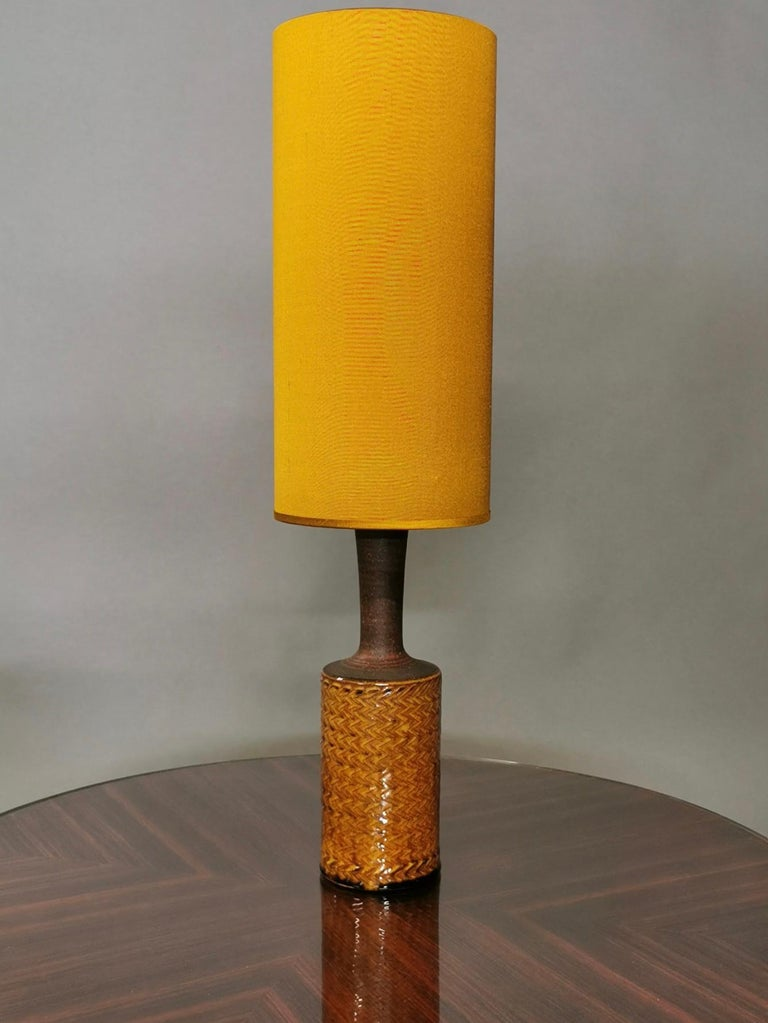 A glazed stoneware table lamp, design by Nils Kähler for HAK Kähler, Denmark 1960s. Saffron glazed, and a new handmade Saffron colored silk shade, new re-wired. Excellent condition. Signed to the underside.