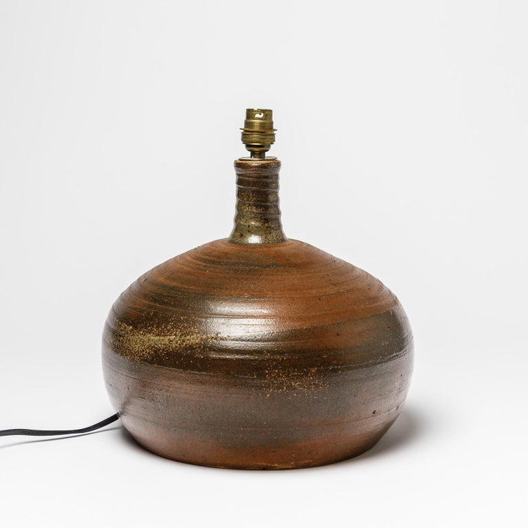 A stoneware table lamp by Pierre Digan to La Borne. Signed at the base. Perfect conditions, circa 1970. Dimensions: 24 x 28 cm (without electrical system).