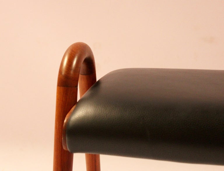 Stool in Teak and Black Classic Leather Designed by Vilhelm Lauritzen, 1960s In Good Condition For Sale In Lejre, DK
