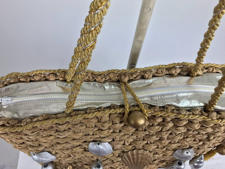 Straw tote bag with real sea shells and tassels large size 1980s In Excellent Condition For Sale In West Palm Beach, FL