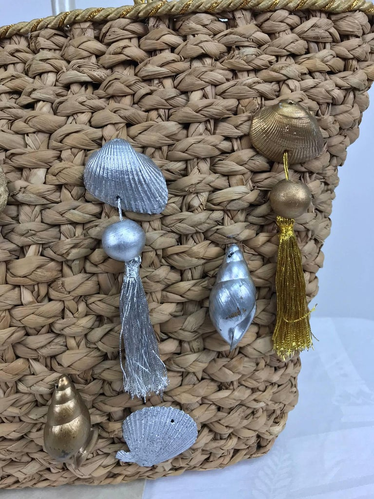 Straw tote bag with real sea shells and tassels large size 1980s For Sale 1