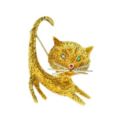 Stretching Cat in 18 Karat Yellow Gold with Emerald Eyes Brooch