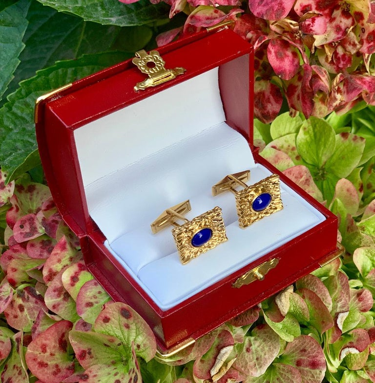 Striking Vivid Blue Lapis Lazuli Mid Century 14 Karat Gold Bark Finish Cufflinks For Sale 5