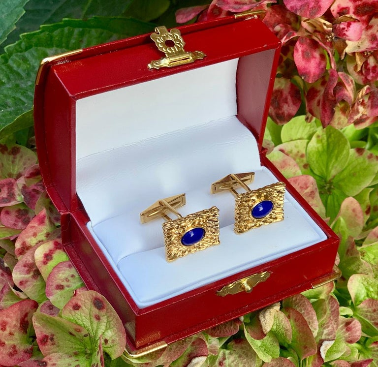 Modern Striking Vivid Blue Lapis Lazuli Mid Century 14 Karat Gold Bark Finish Cufflinks For Sale