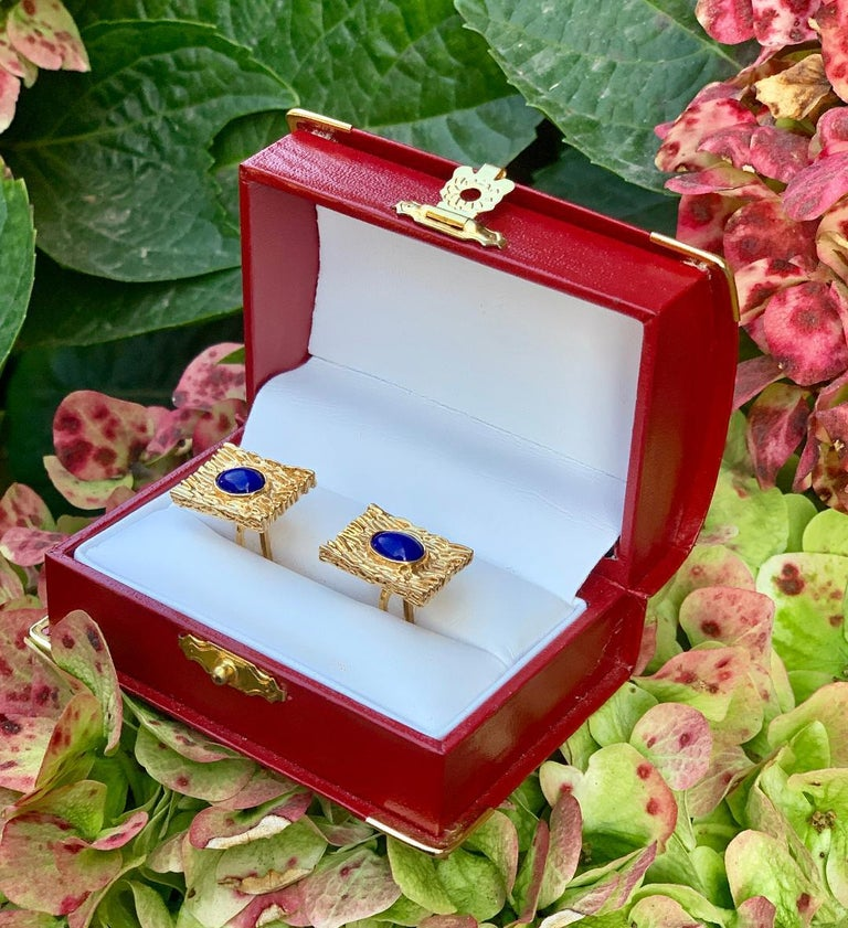 Striking Vivid Blue Lapis Lazuli Mid Century 14 Karat Gold Bark Finish Cufflinks In Excellent Condition For Sale In Tustin, CA