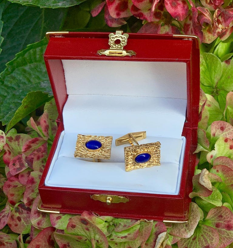 Women's or Men's Striking Vivid Blue Lapis Lazuli Mid Century 14 Karat Gold Bark Finish Cufflinks For Sale