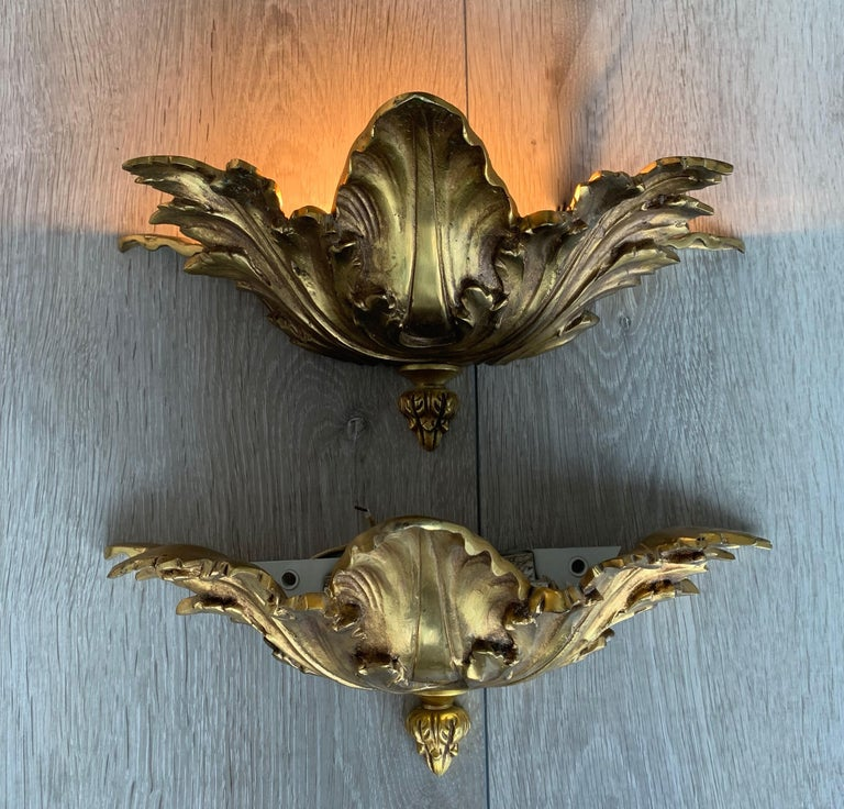 Striking Midcentury Made Pair of Hollywood Regency Acanthus Leafs Wall Sconces For Sale 1