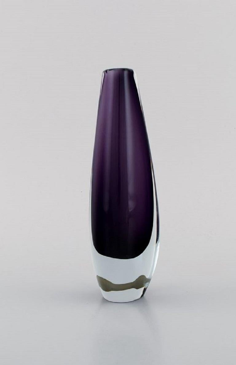Strömbergshyttan, Sweden. Two vases in purple mouth-blown art glass. 1960s / 70s. Largest measures: 18.5 x 6 cm. In excellent condition. Sticker.