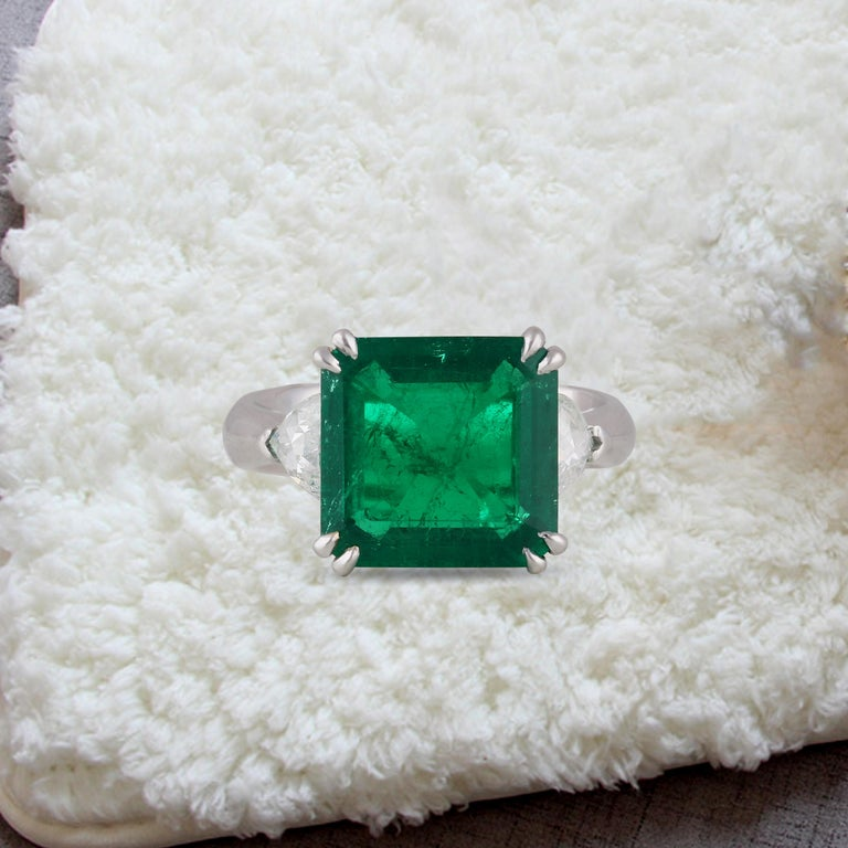 Studio Rêves 5.51 Carat Emerald and Trillion Rose Cut Diamond Ring in 18K Gold For Sale 5