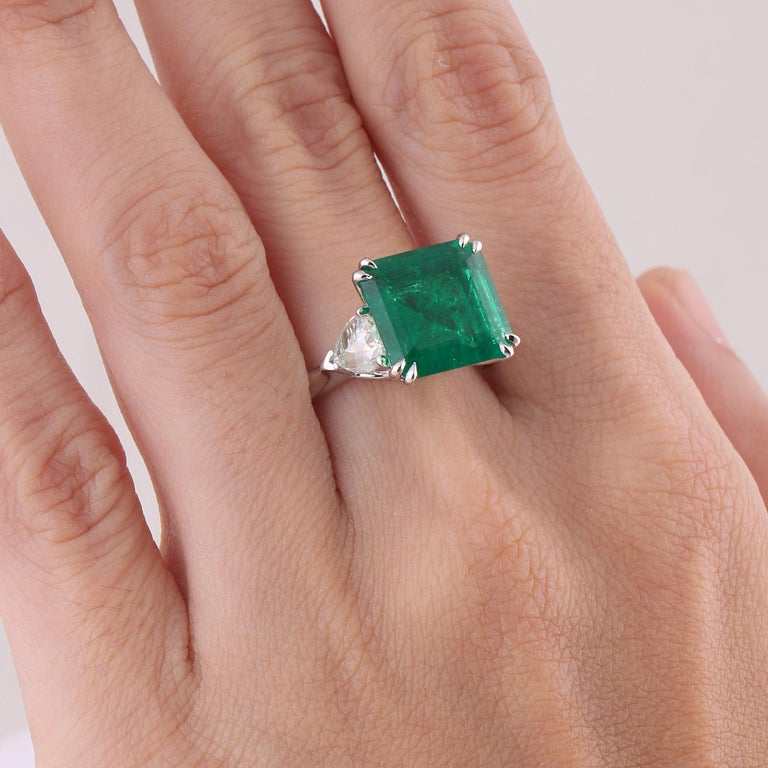 Modern Studio Rêves 5.51 Carat Emerald and Trillion Rose Cut Diamond Ring in 18K Gold For Sale