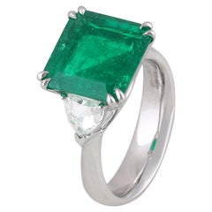 Studio Rêves 5.51 Carat Emerald and Trillion Rose Cut Diamond Ring in 18K Gold