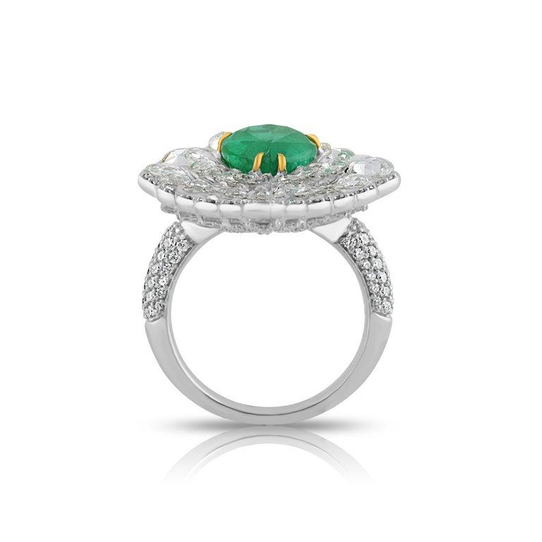 Modern Studio Rêves Diamond and Emerald Cluster Ring in 18 Karat Gold For Sale
