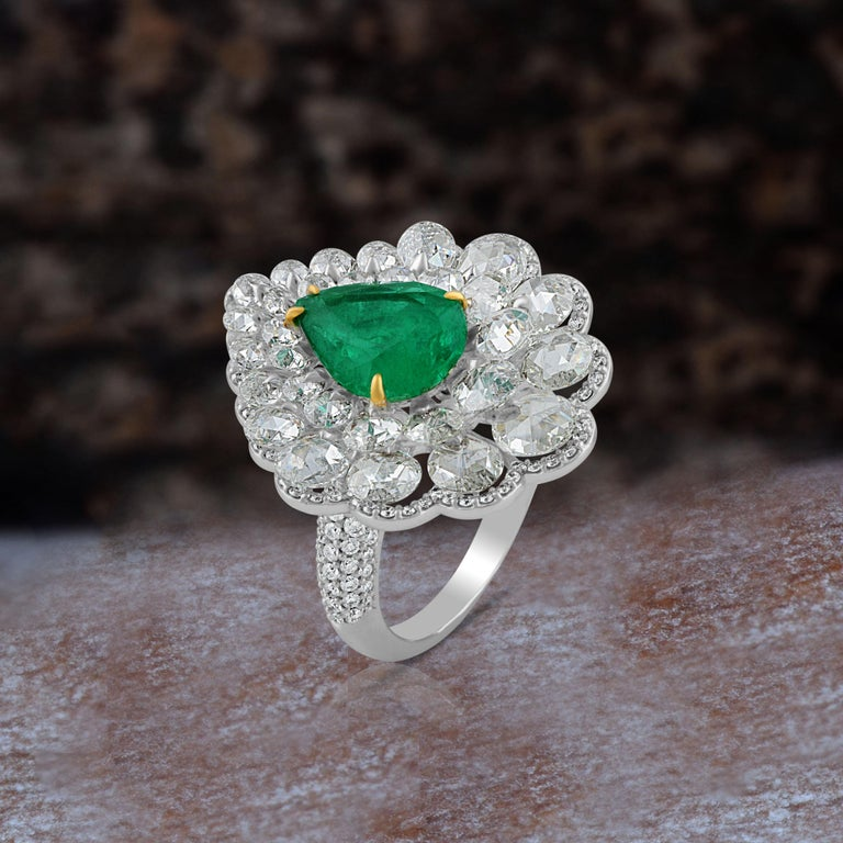 Studio Rêves Diamond and Emerald Cluster Ring in 18 Karat Gold For Sale 1