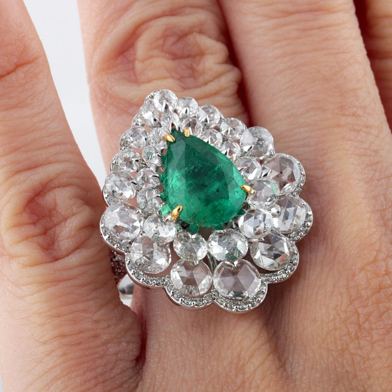 Studio Rêves Diamond and Emerald Cluster Ring in 18 Karat Gold For Sale 2