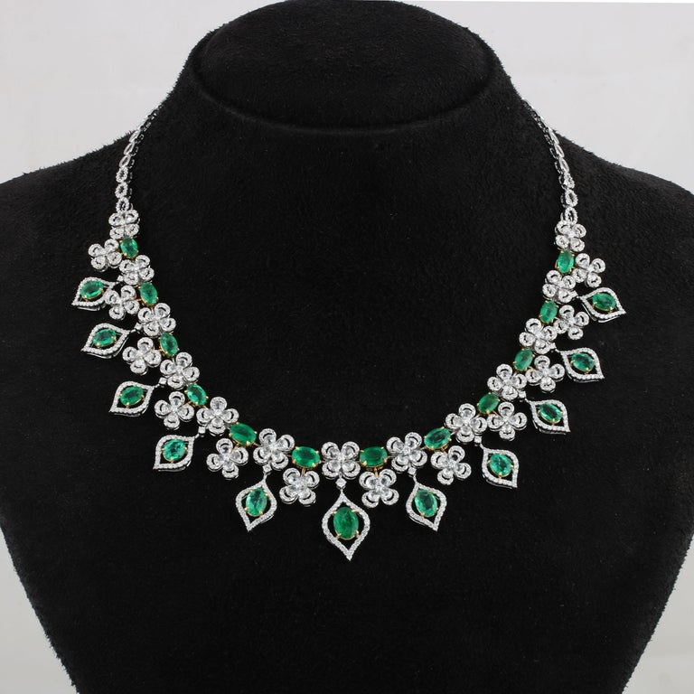 Studio Rêves Emerald and Diamonds Necklace in 18 Karat Gold In New Condition For Sale In Mumbai, Maharashtra