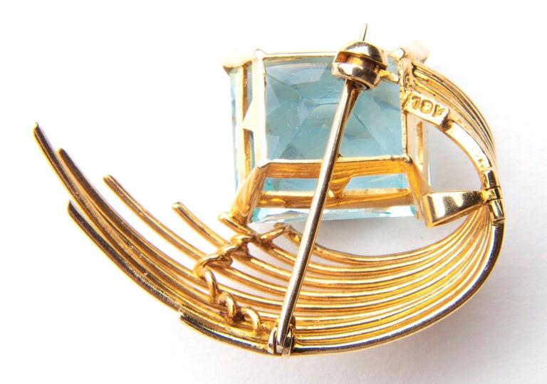 Contemporary Stunning Aquamarine 18 Karat Gold Pendant or Brooch For Sale