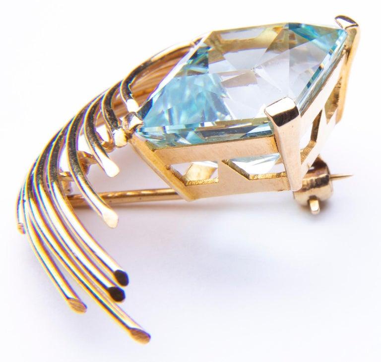 Stunning Aquamarine 18 Karat Gold Pendant or Brooch For Sale 3