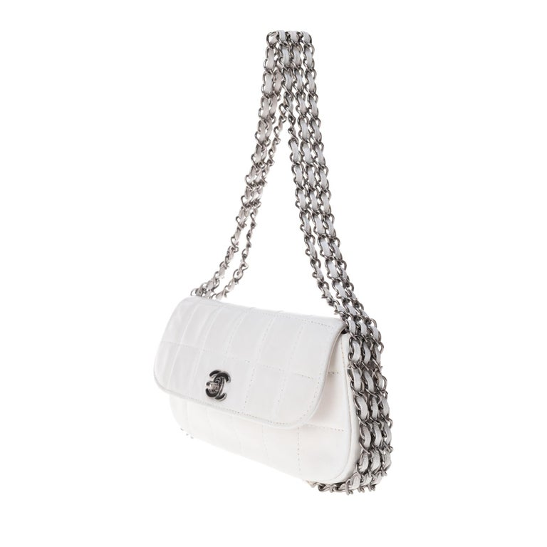 Stunning Chanel Handbag in white quilted lambskin & triple silver chain ! For Sale 1