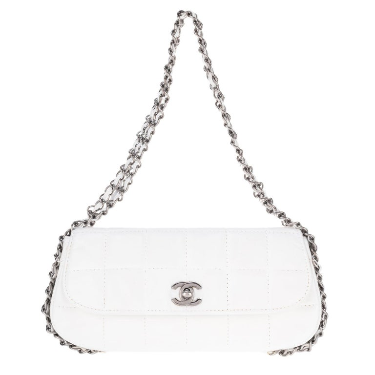 Stunning Chanel Handbag in white quilted lambskin & triple silver chain ! For Sale