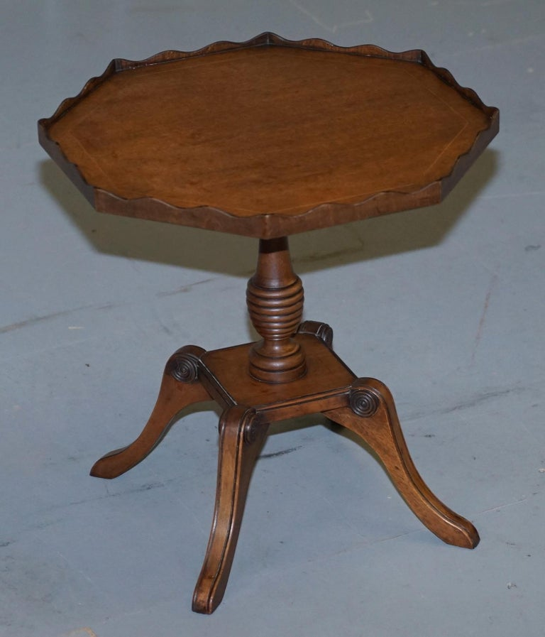 Late Victorian Stunning circa 1900 Solid Walnut Side End Lamp Wine Table Lovely Sculptured Edge For Sale