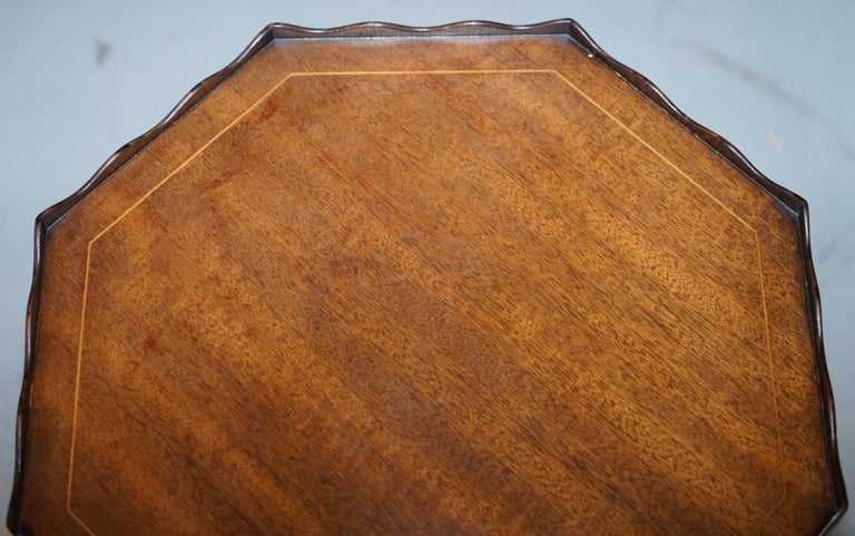 Stunning circa 1900 Solid Walnut Side End Lamp Wine Table Lovely Sculptured Edge In Good Condition For Sale In London, GB