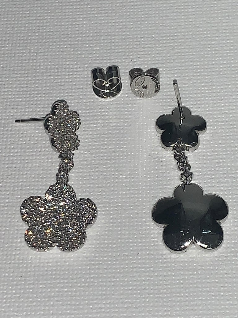 18 Karat White Gold 2.24 Carat White Diamonds Flower Earrings In New Condition For Sale In Scottsdale, AZ