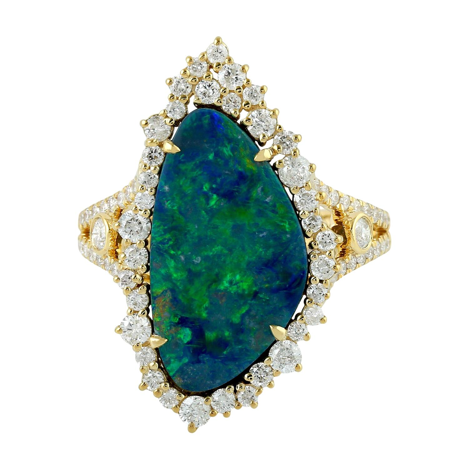 Stunning Opal and Diamond Ring in 18k Yellow Gold
