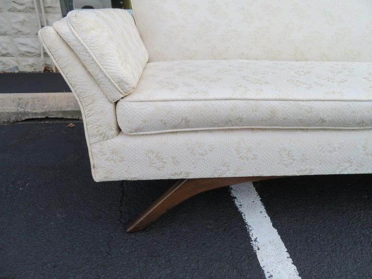 Stunning Paul McCobb Style Bowtie Design Sofa Splayed Leg Midcentury In Good Condition For Sale In Medford, NJ