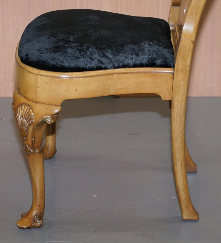Stunning Set of Four Walnut Queen Anne Dining Chairs Acanthus Leaf Carved Wood For Sale 10