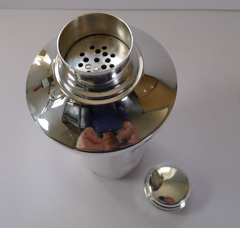 Stylish French Art Deco Silver Plated Cocktail Shaker, c.1930 For Sale 3