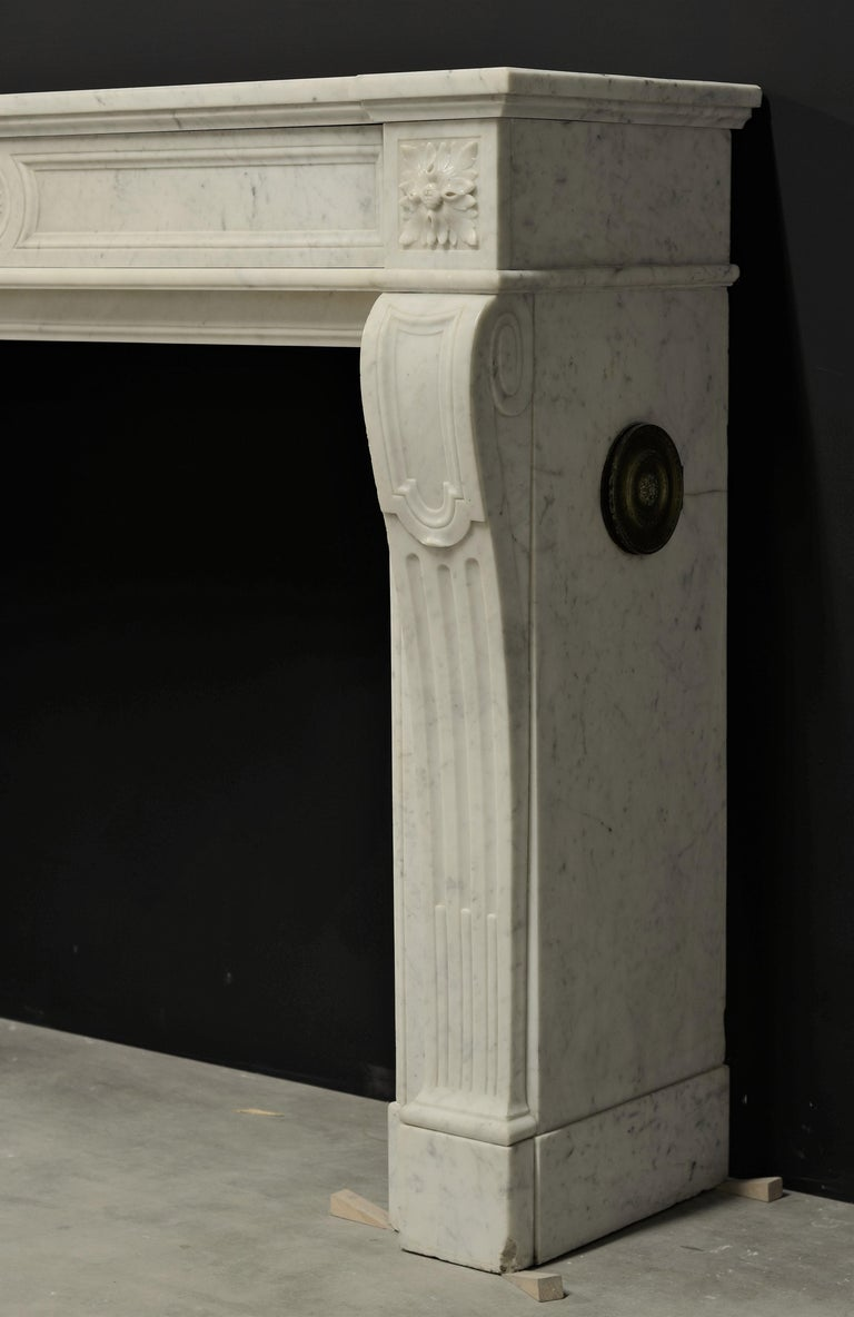 Stylish French Louis XVI Fireplace in Carrara White Marble For Sale 1