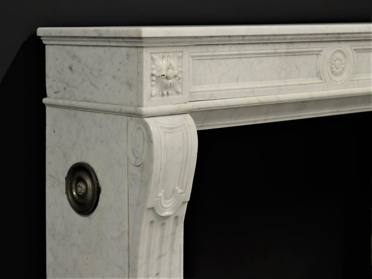 Stylish French Louis XVI Fireplace in Carrara White Marble For Sale 2