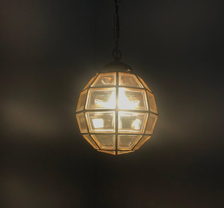 20th Century Stylish Mid-Century Modern Facetted and Lined Glass Pendant or Ceiling Lamp For Sale