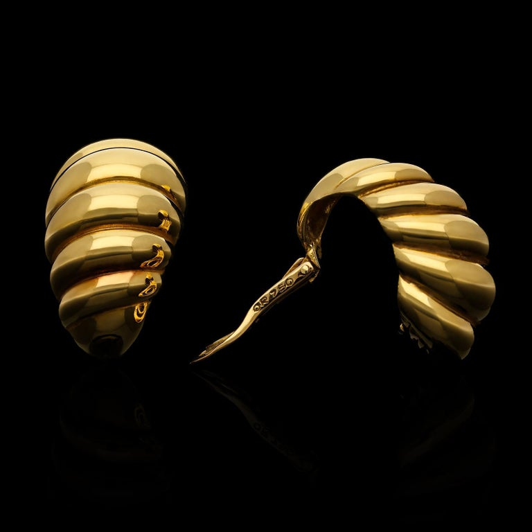 Stylish Pair of 18ct Gold Twisted Scroll Ear Clips by Van Cleef & Arpels In Excellent Condition For Sale In London, GB