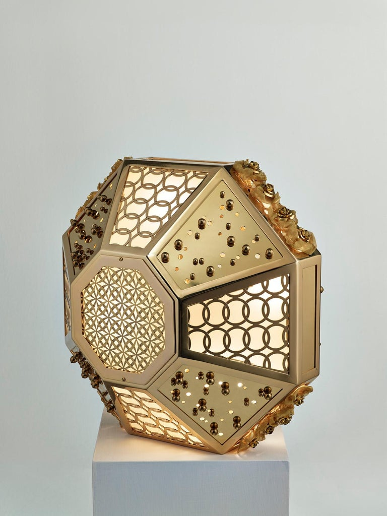 Italian Stylish Table Lamp with Frame Metal Mesh and Decorative Insert in Brass For Sale