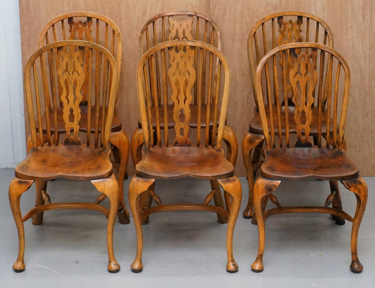 We are delighted to this stunning suite of vintage 18th-19th century style elm and beech wood Windsor dining chairs