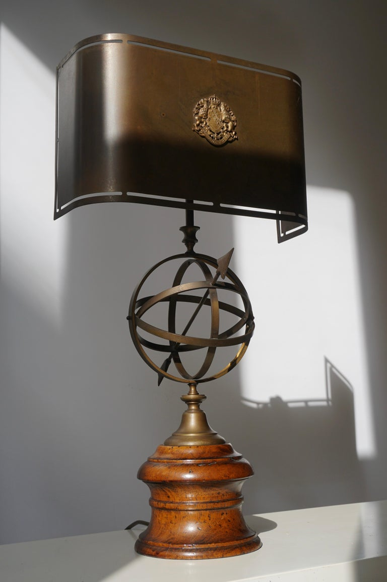 Sundial Table Lamp in Patinated Brass on Wooden Base In Good Condition For Sale In Antwerp, BE