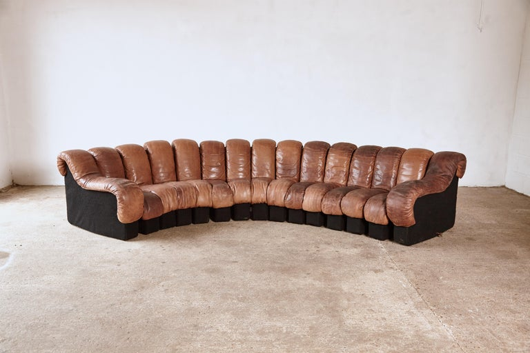Super patinated De Sede DS-600 modular sectional nonstop sofa by Heinz Ulrich, Ueli bergere and Elenora Peduzzi-Riva, 1970s, Switzerland. Original brown leather seating with felt bases. 15 elements which zip together and apart. Modules can be added