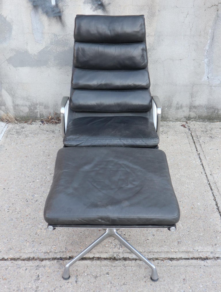 Elegant Eames Soft Pad Lounge and Ottoman for Herman Miller In Good Condition For Sale In Brooklyn, NY