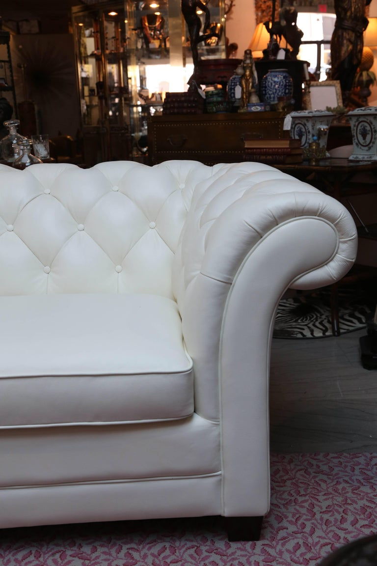 Superior White Leather Chesterfield Sofa In Good Condition For Sale In West Palm Beach, FL